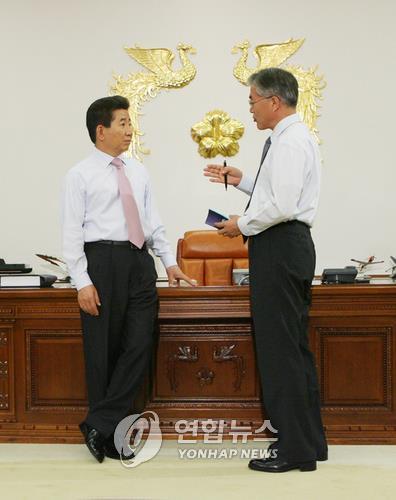 2007년 대통령 비서실장 당시 노무현 대통령과 대화 중인 문재인 당선인(오른쪽)