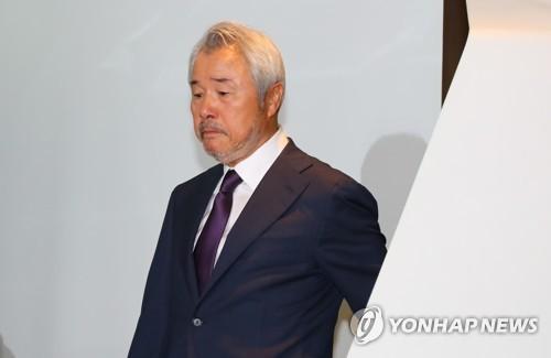 기자회견장 입장하는 정우현 'MP그룹' 회장