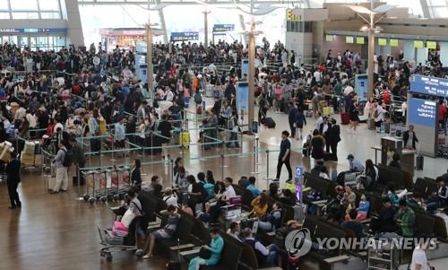 출국객으로 붐비는 인천국제공항 [연합뉴스 자료사진]