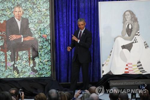 스미소니언 초상화갤러리에 걸린 오바마와 부인 미셸의 초상화