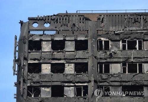 잿더미가 된 런던 아파트 화재 현장