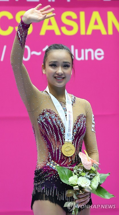 Rhythmic gymnast Son Yeon-jae acknowledges spectators on the podium after winning the gold medal in the hoop event at the 7th Asian Gymnastics Championships at a university gym in Jecheon, North Chungcheong Province, central South Korea, on June 12, 2015. (Yonhap)