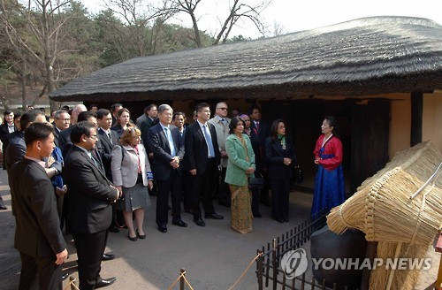 Diplomats in N.K. given tour of founder's home