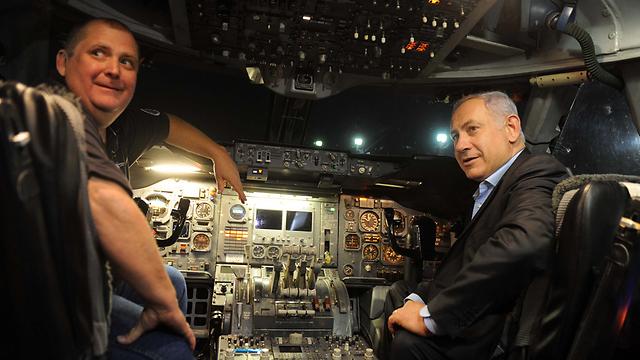 نتانياهو داخل طائرة إطفاء