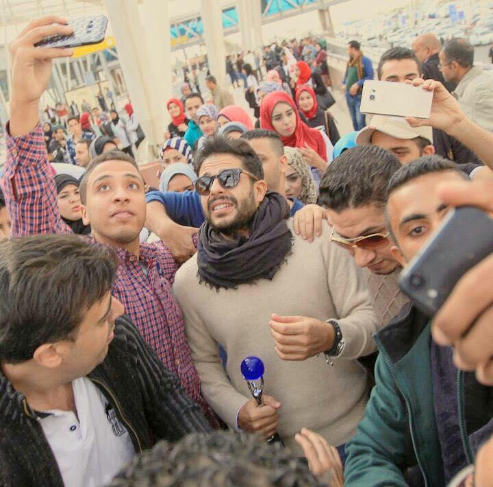جمهور حماقى يلتقط السيلفى معه فى مطار القاهرة