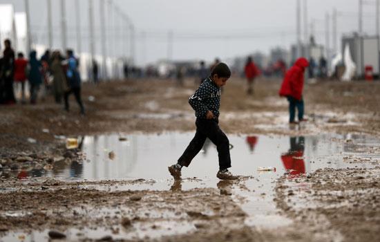 الوحل يجتاح خيم النازحين من الموصل العراقية