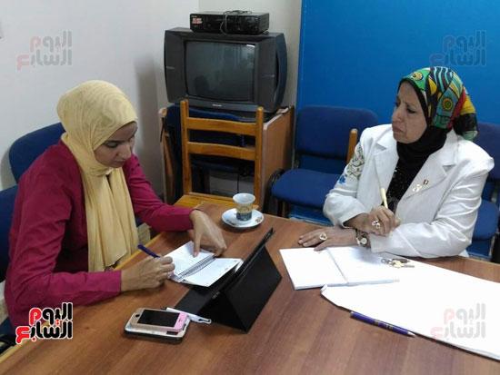 الدكتورة سحر أثناء حديثها عن مشروع محو الأمية