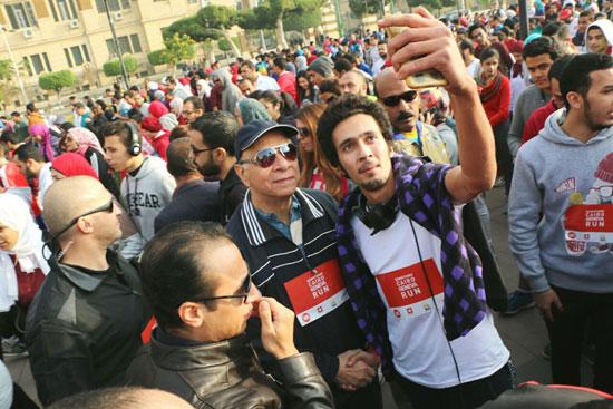 شباب-مارثون-القاهرة_جنيف-يلتقطون-صورا-سيلفى-مع-محافظ-القاهرة-(1)