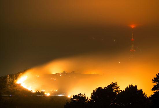 الأدخنة تتصاعد وتحجب الرؤية بسبب حرائق الغابات