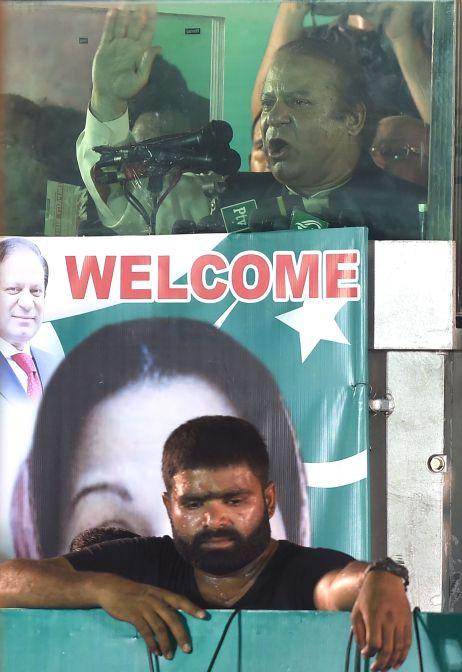 رئيس الوزراء الباكستانى السابق نواز شريف يحيى أنصاره