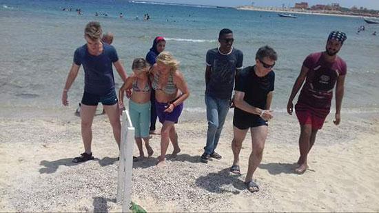 سياح على شواطئ البحر الأحمر