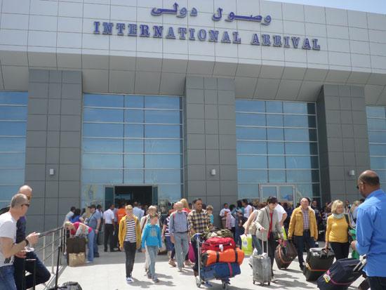 السياح فور وصولهم مطار الغردقة الدولى