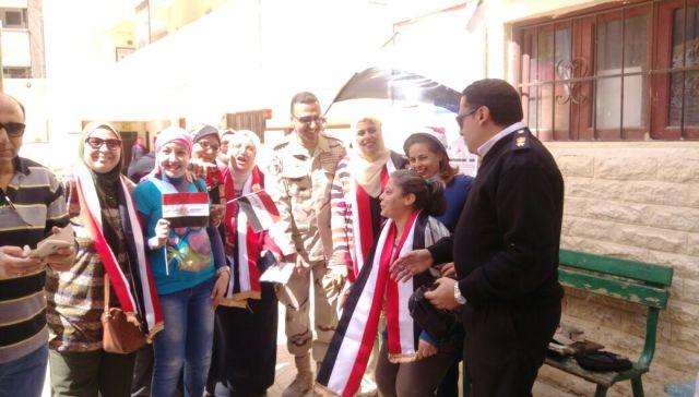 قائد المنطقة المركزية العسكرية يتفقد اللجان الانتخابية بمصر الجديدة (3)