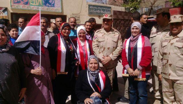 قائد المنطقة المركزية العسكرية يتفقد اللجان الانتخابية بمصر الجديدة (4)