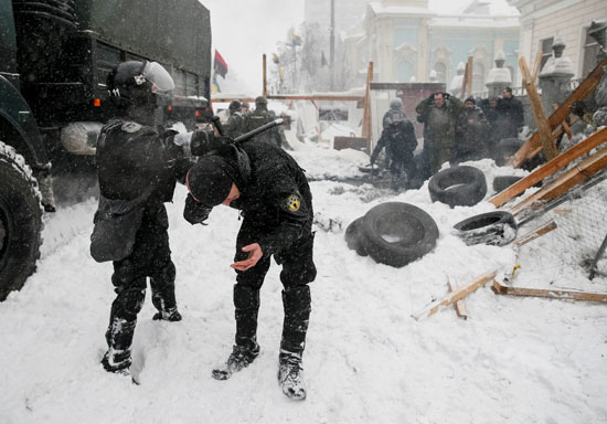 القبض على متظاهر فى أوكرانيا