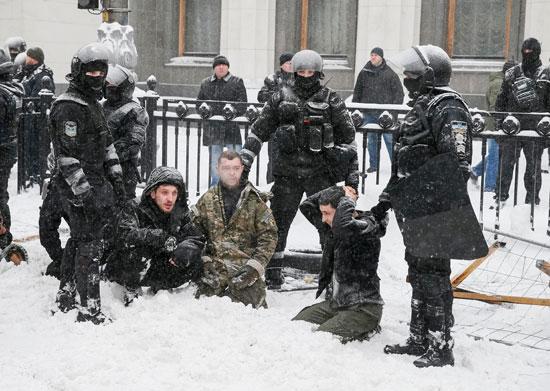 الشرطة الأوكرانية تضبط معتصمين أمام البرلمان