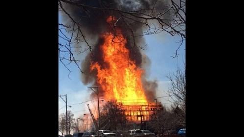 اشتعال النيران فى أحد أبنية مدينة دنفر الأمريكية