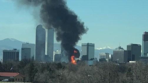 انبعاث الدخان من حريق ضخم فى أحد الأبنية وسط مدينة دنفر بالولايات المتحدة الأمريكية