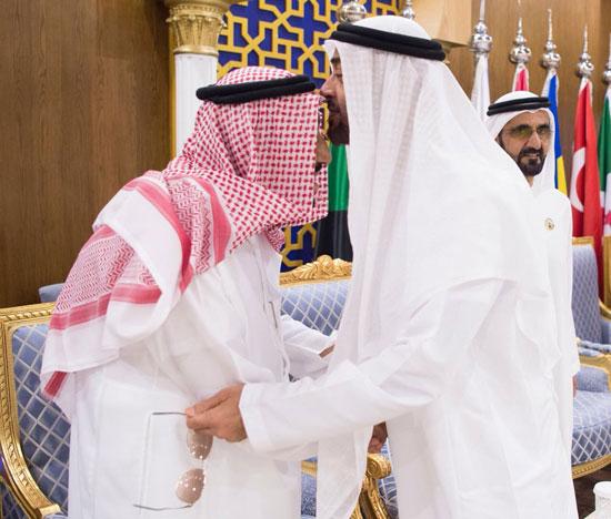 ولى عهد أبوظبى يقبل رأس الملك سلمان بن عبد العزيز آل سلمان