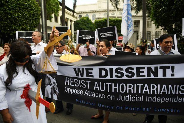 """متظاهرة فلبينية تجسد """"سيدة العدل"""" مقتوله بعد قرار الرئيس"""