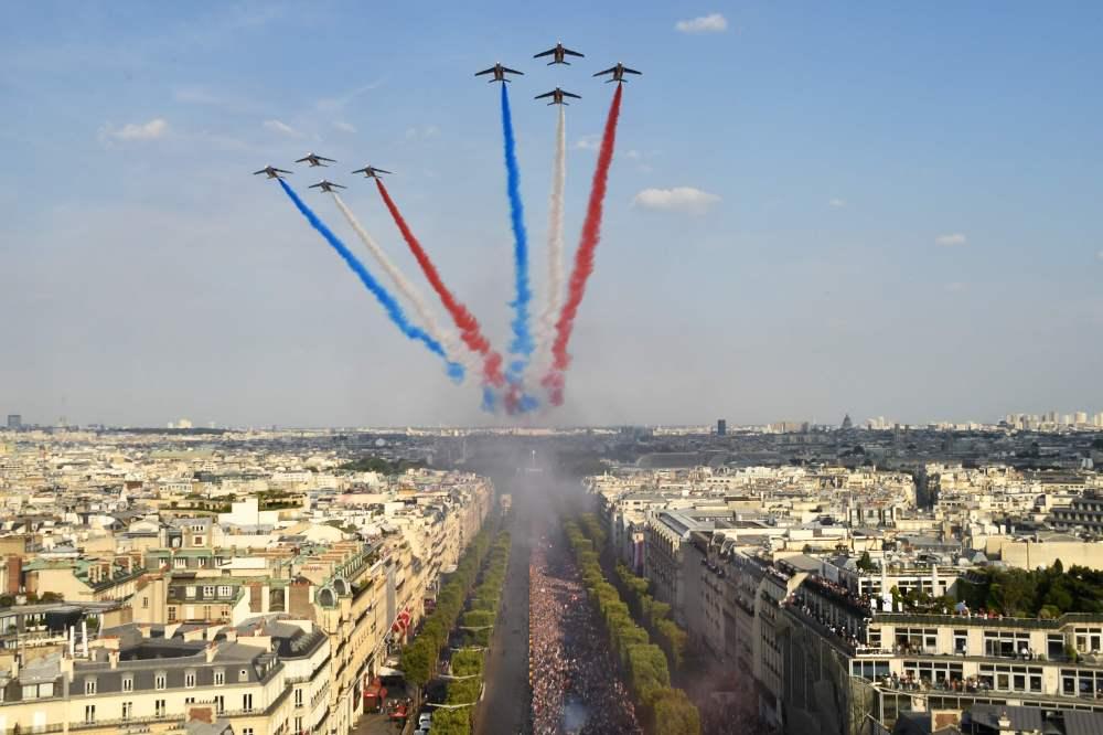 عروض احتفالية بالمنتخب الفرنسى