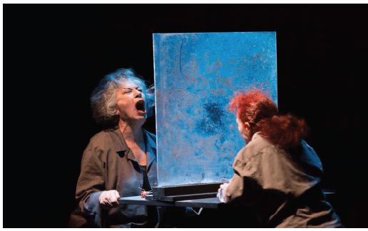 مشهد من مسرحية العنف يجمع جليلة بكار وفاطمة بن سعيدان