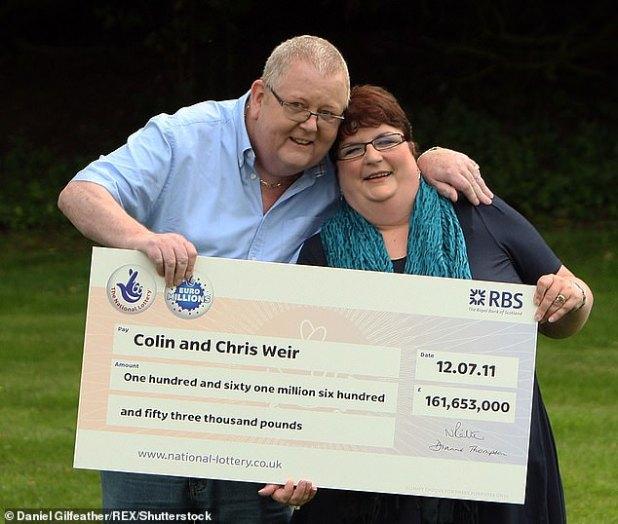 كولين وير وزوجته يحملان جائزة اليانصيب الكبرى