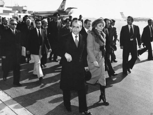 شاه ايران وزوجته وعيناه الدامعتين
