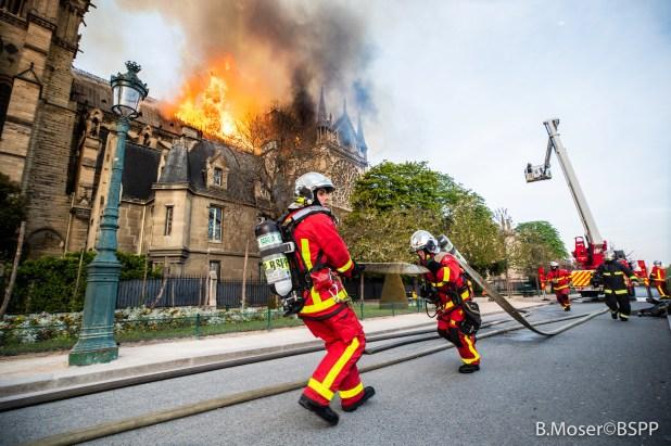 رجال الاطفاء & # 39؛ جهود لإنقاذ الكاتدرائية (4)