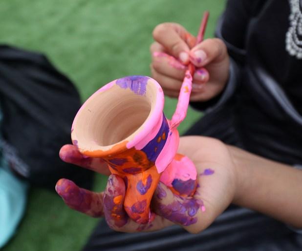 الأطفال والفخار في مهرجان الظفرة البحري