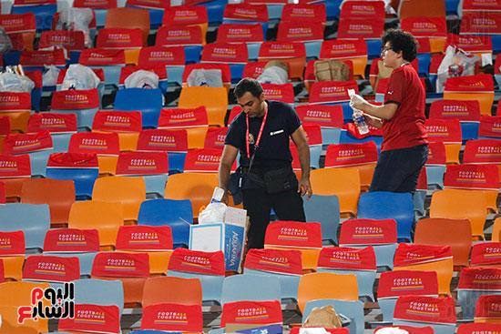 الجمهور يقوم بتنظيف المدرجات بعد الفوز على الكونغو (4)