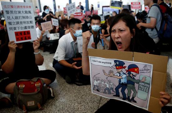 احتجاجات داخل مطار هونج كونج ضد قانون تسليم المتهين (2)