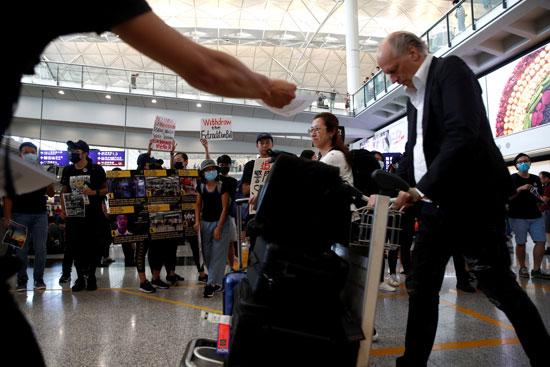 احتجاجات داخل مطار هونج كونج ضد قانون تسليم المتهين (8)