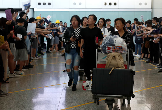احتجاجات داخل مطار هونج كونج ضد قانون تسليم المتهين (7)