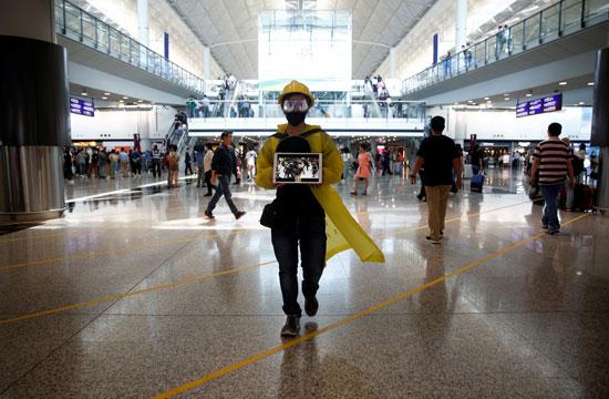 احتجاجات داخل مطار هونج كونج ضد قانون تسليم المتهين (1)
