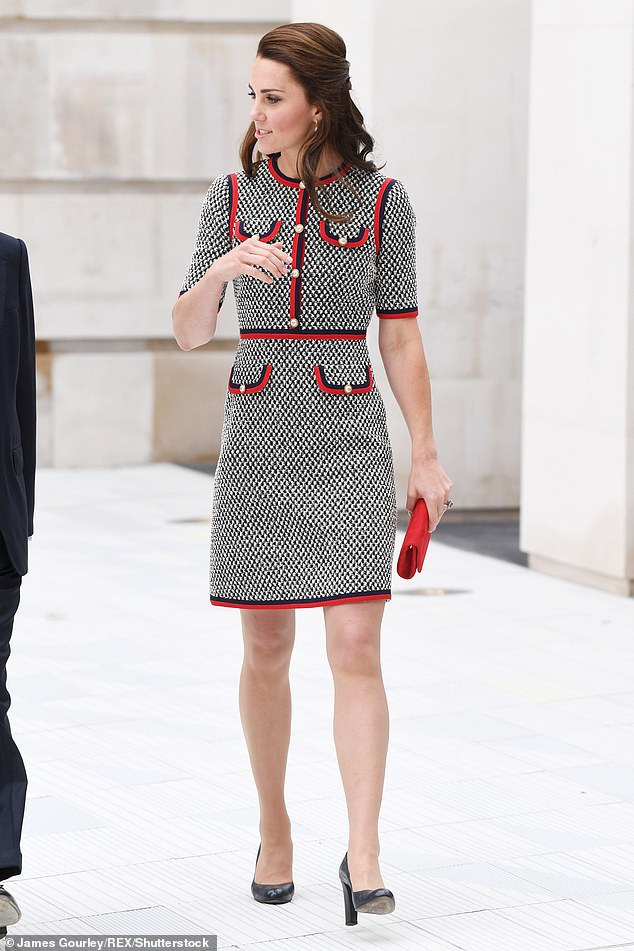 Kate adds colors to her monochrome dress