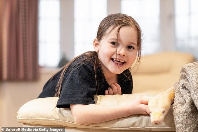 الطفلة مع الثعبان