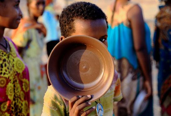 أطفال تنتظر توزيع الطعام