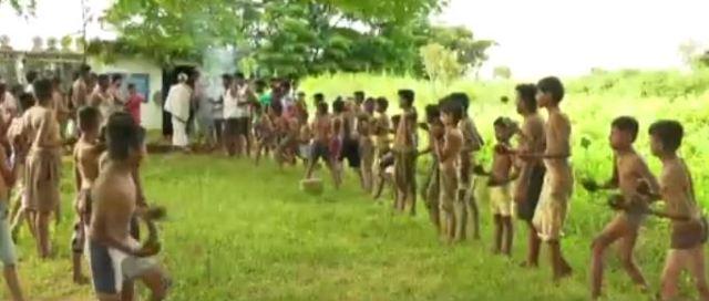 الاطفال يتراشقون بروث البقر