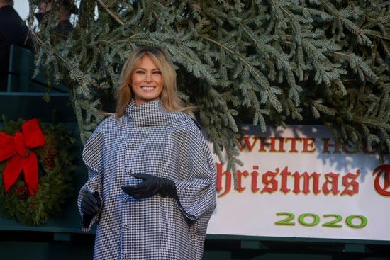ميلانيا بجوار شجرة عيد الميلاد