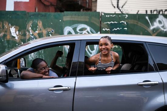 فتاة من ذوى الأصول الإفريقية تتابع المشهد بابتسامة
