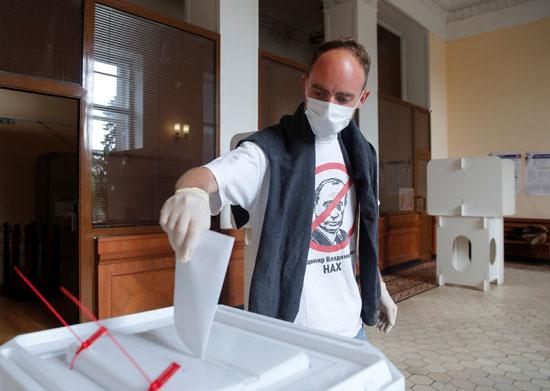رجل يدلى بصوته فى التعديلات الدستورية