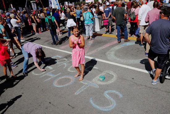 80546-بالطبشور-المتظاهرون-يعترضون-على-القرار
