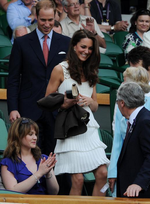 كيت في فستان أبيض مدرج من تيمبرلي