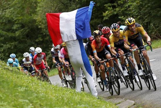 أحد الحضور يحمل علم فرنسا