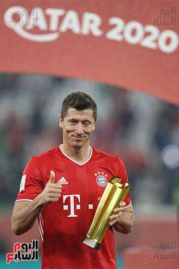 ليفاندوفسكي مع جائزة افضل لاعب فى كاس العالم للاندية