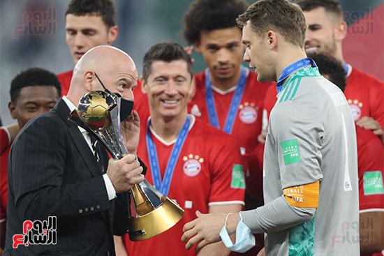 انفانتينو يسلم نوير لقب كأس العالم للاندية