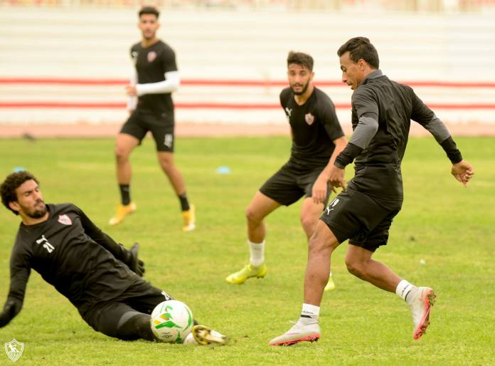 Abdel Shafi trying to pass from Awad