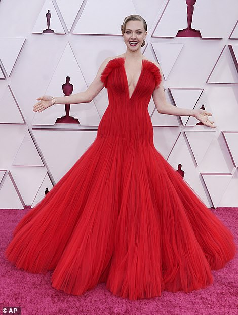 فستان اماندا يخطف الانظار