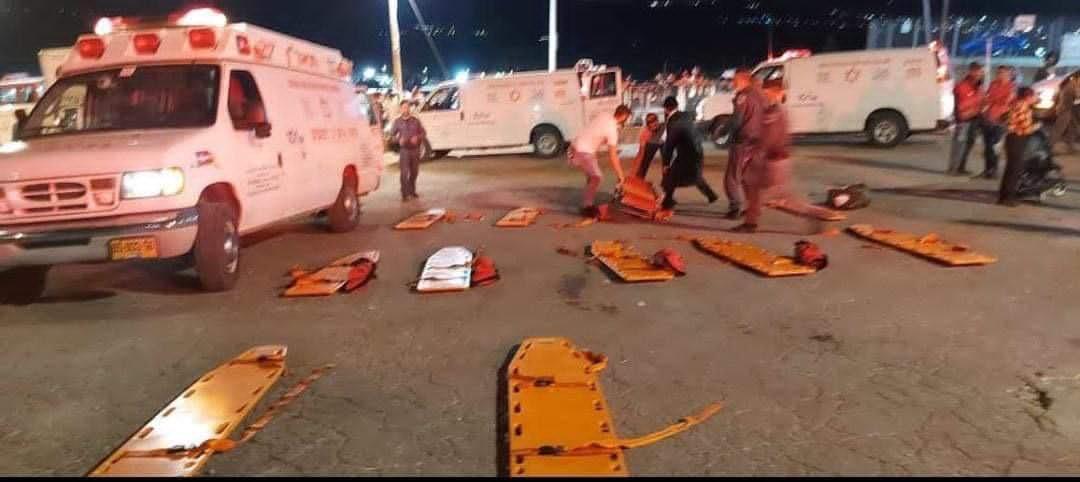 جانب من الحادث ومحاولات نقل القتلى والمصابين (3)